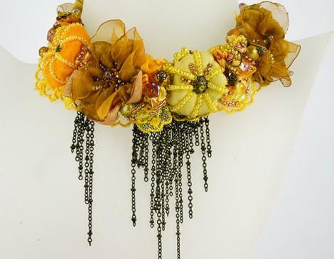 collier romantique jaune, or et miel, dentelle et ruban vintage